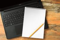 笔记本电脑上的白色笔记本