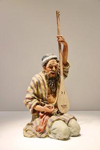 彩塑泥人张弹琴的新疆老人