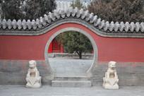 红墙圆拱门