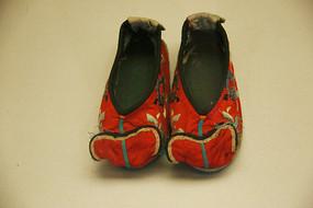 红色缎刺绣如意纹女童鞋