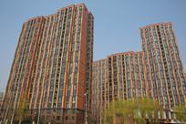 红色外墙的新建高层小区