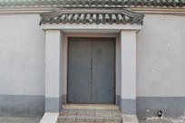 灰色琉璃瓦的传统大门