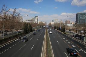 蓝天白云下的北京三环街道
