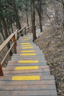 弯曲的木制台阶路