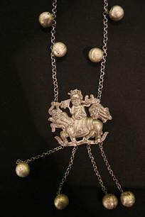 银錾花骑马人物挂坠