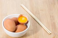 桌子上的鸡蛋黄和碗筷