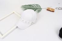 白色鸭舌帽摄影图