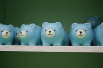 蓝色陶瓷小熊