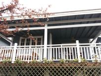 木制小洋楼的阳台