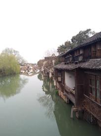 乌镇水乡上旁的古老房子和桥