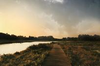 夕阳下的木栈小道