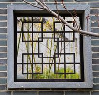 园林墙上的窗户