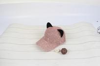 粉色亮片猫耳朵棒球帽摄影图
