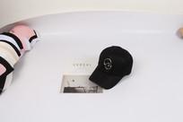 黑色个性铁环棒球帽摄影图