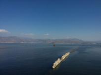 环湖西路旁的洱海浅滩护栏风光