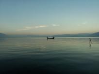 环湖西路旁的洱海日暮渔船