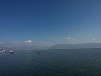 环湖西路旁的洱海行船风光