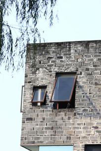 灰墙传统玻璃窗