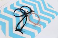 蓝色背景发饰发绳摄影图