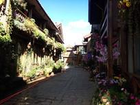 丽江古城街道两边摆满花草的房子