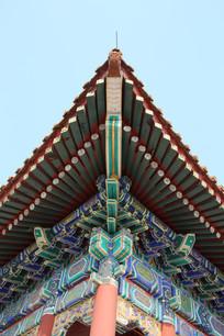 彩绘的古代卯榫屋檐