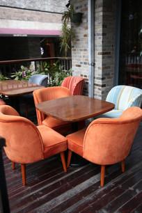 咖啡馆外的桌椅