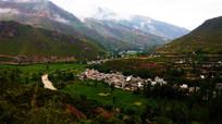 山环水抱的乡村小镇