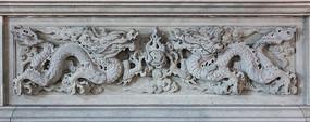 双龙戏珠图案的石雕