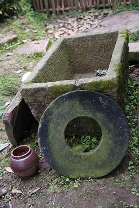 乡村的石缸
