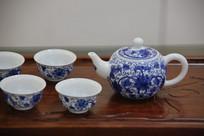 青花花卉纹茶壶和茶盅