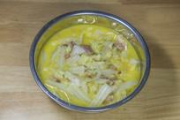 一盆猪肉炖白菜汤