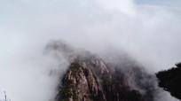 安徽黄山云雾翻滚的山顶景色