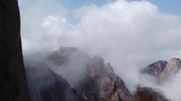 安徽黄山云雾翻滚的山顶奇景