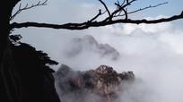 安徽黄山云雾翻滚的山峰