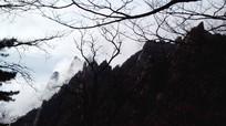 安徽黄山云雾翻滚的山间