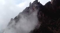 安徽黄山云雾翻滚的山间奇景