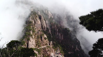 安徽黄山云雾翻滚的山腰
