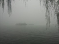 晨雾中的西湖湖中心小岛