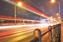 红色流光城市路灯风景图