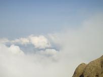 黄山云雾缭绕的山顶风景