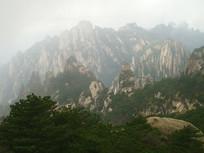 黄山云雾缭绕的山峰重叠