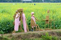 油菜花田里的稻草人