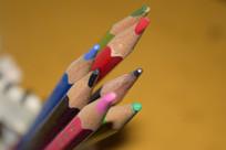 笔筒里的彩色铅笔