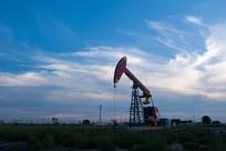 黄昏时刻的油井