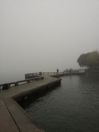 西湖岸边木板引桥