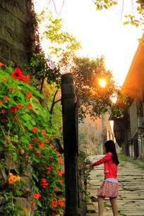 夕阳下的老街和女生