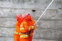 正在救火的消防员