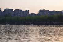 波光粼粼的湖面