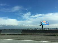 蓝天白云下的户外美景图片