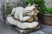托腮的青蛙雕塑品